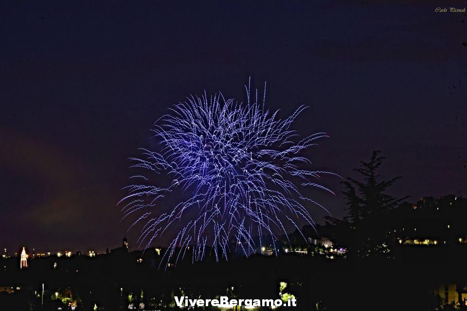 Città di Bergamo con i fuochi Santa Caterina
